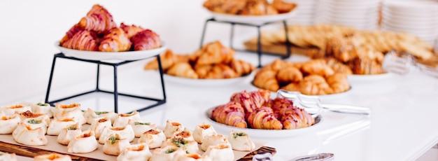Gebak, koekjes en croissants, zoete desserts, geserveerd bij liefdadigheidsevenementen, eten, drinken en menuconcept a...