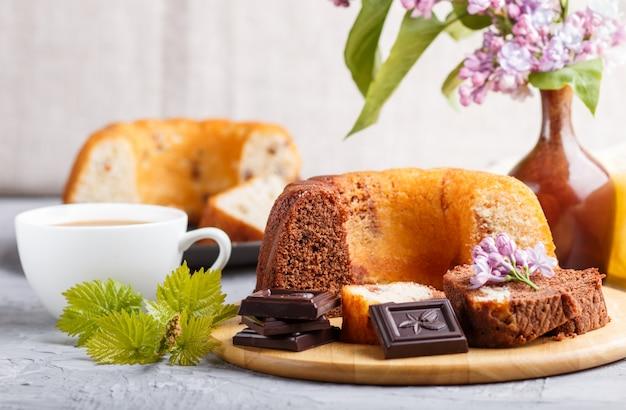 Gebak met rozijnen en chocolade en een kopje koffie, zijaanzicht.