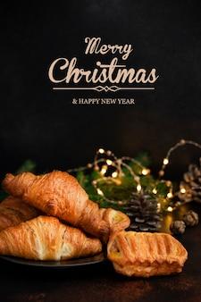 Gebak op tafel voor de kersttijd