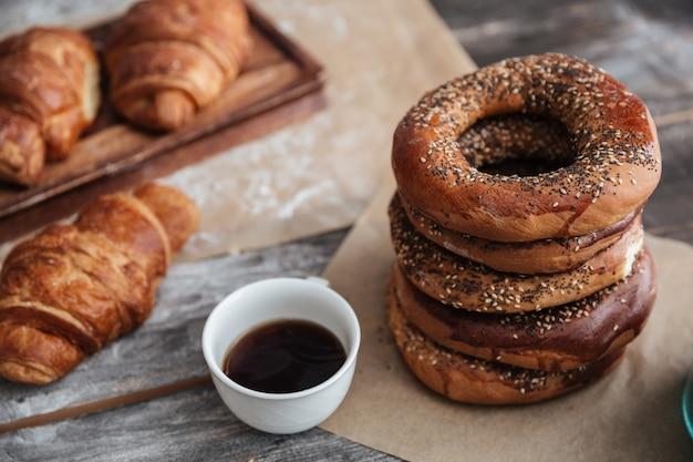 Gebakjes croissants op tafel in de buurt van kopje koffie.