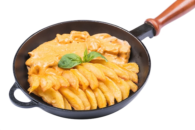 Gebakken aardappel en stoofpot vlees in een pan, geïsoleerd op wit. voedsel achtergrond. t