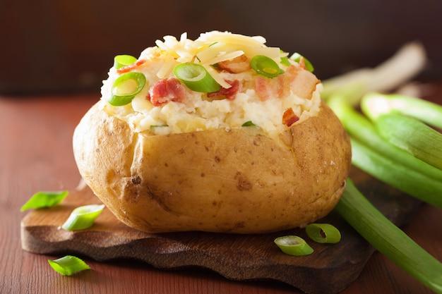 Gebakken aardappel in jasje met spek en kaas