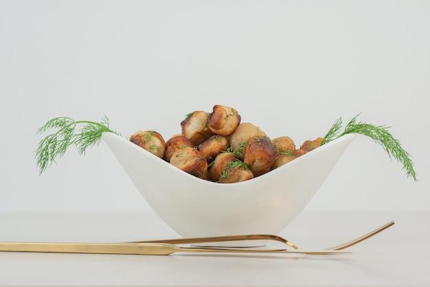 Gebakken aardappel met mes en vork