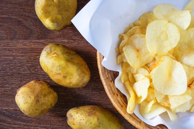 Gebakken aardappelchips in de mand