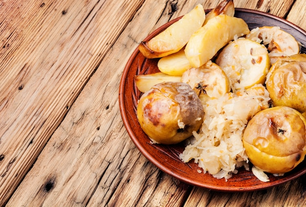Gebakken aardappelen, appels en zuurkool.