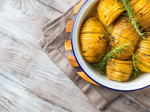 Gebakken aardappelen gekookt met kruiden
