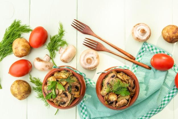 Gebakken aardappelen in de oven in een aarden pot.