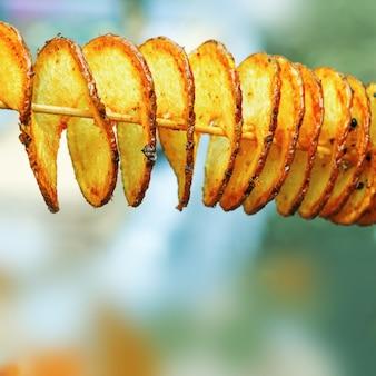 Gebakken aardappelen in de vorm van een spiraal