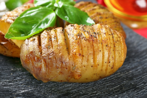 Gebakken aardappelen met basilicumbladeren, close-up