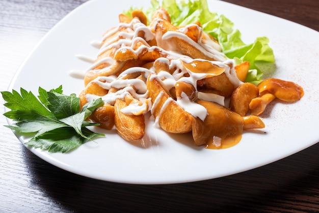 Gebakken aardappelen met honingpaddestoelen en kruiden. voor welk doel dan ook.