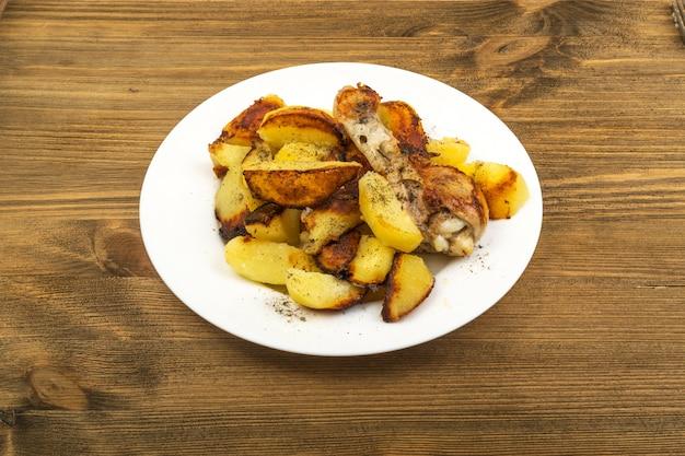 Gebakken aardappelen met kippentrommelstok