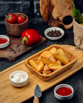 Gebakken aardappelen met mayonaise en ketchup