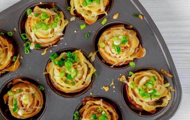 Gebakken aardappelen met spek en kaas, uien