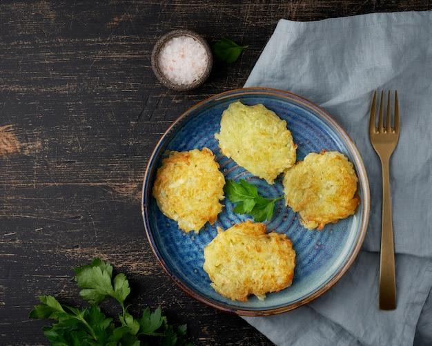 Gebakken aardappelen op een bord