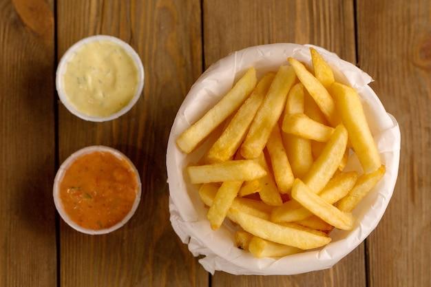 Gebakken aardappelen op een houten tafel