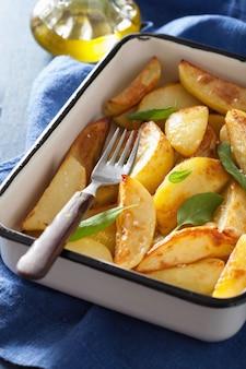 Gebakken aardappelpartjes in geëmailleerde ovenschaal