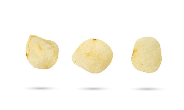 Gebakken aardappelschijfje op geïsoleerde witte achtergrond