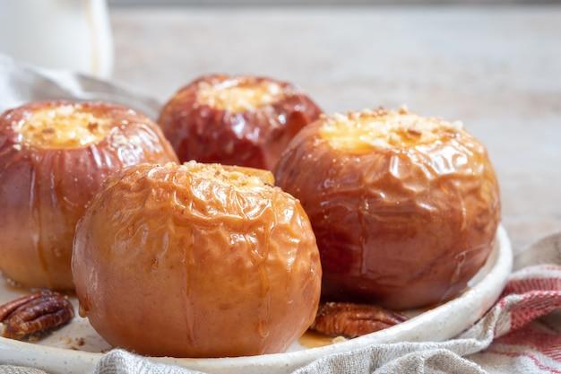 Gebakken appels gevuld met cheesecake en karamel