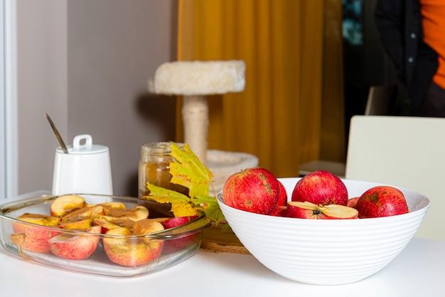 Gebakken appels met kaneel en honing versierd met kleurrijke herfstbladeren, zelfgemaakte woestijn concept