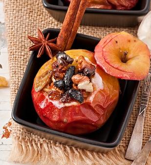 Gebakken appels met rozijnen, noten en honing