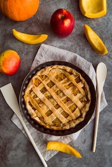 Gebakken appeltaart op de tafel bovenaanzicht