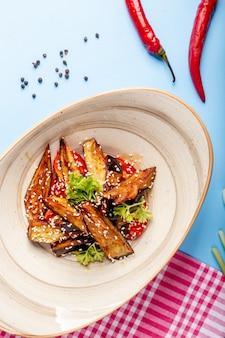 Gebakken aubergine gegarneerd met sesamzaadjes