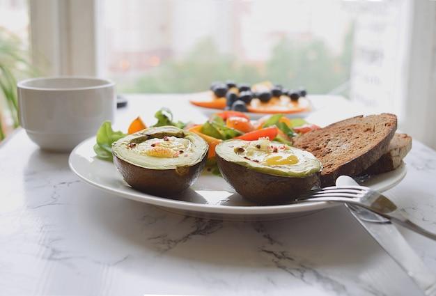 Gebakken avocado met kwartel eieren gezond eten concept