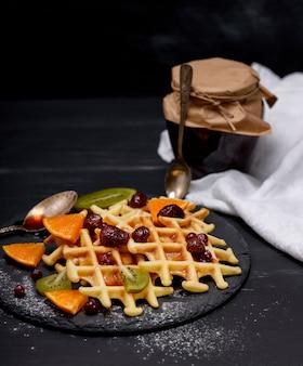 Gebakken belgische wafels met jam en vers fruit