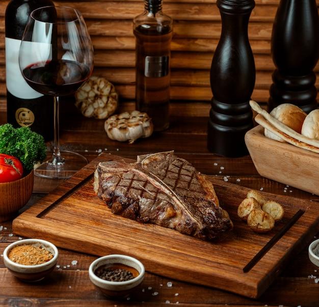 Gebakken biefstuk op een houten bord
