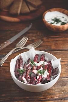 Gebakken bietenfrietjes met griekse yoghurt en dille dressing