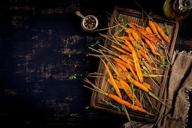 Gebakken biologische wortelen met tijm, honing en citroen
