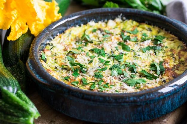 Gebakken braadpan met kaas en courgette.