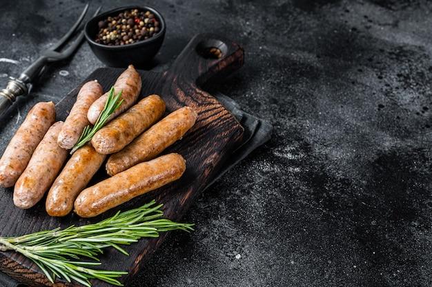 Gebakken braadworst of hot dogs worstjes op een houten plank