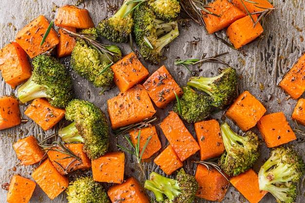 Gebakken broccoli en pompoen. concept van gezond en lekker eten.