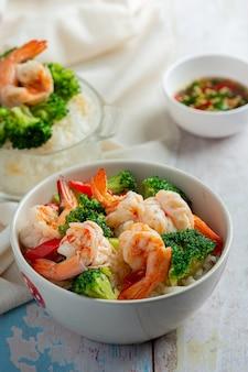 Gebakken broccoli met knoflook en garnalen, thais eten.