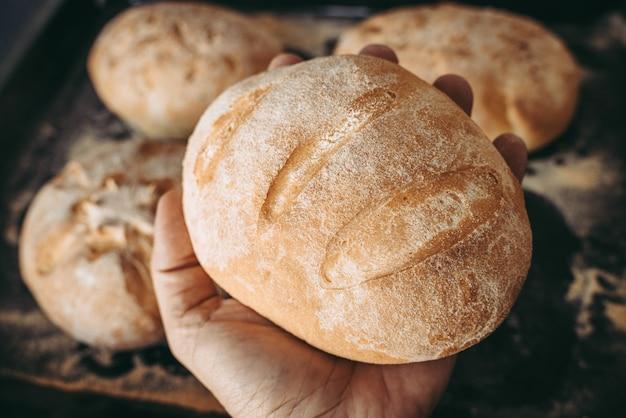 Gebakken brood bij de bakker de bakkerij