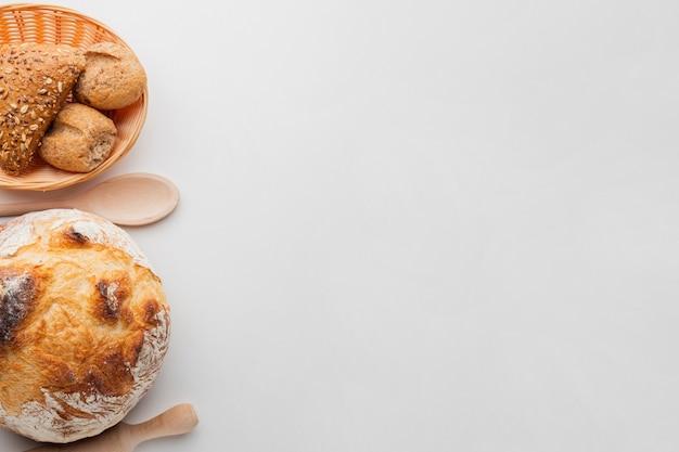 Gebakken brood en mand met gebak