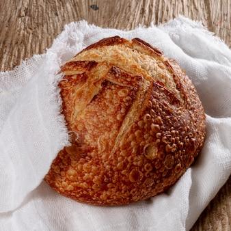 Gebakken brood gewikkeld in een doek
