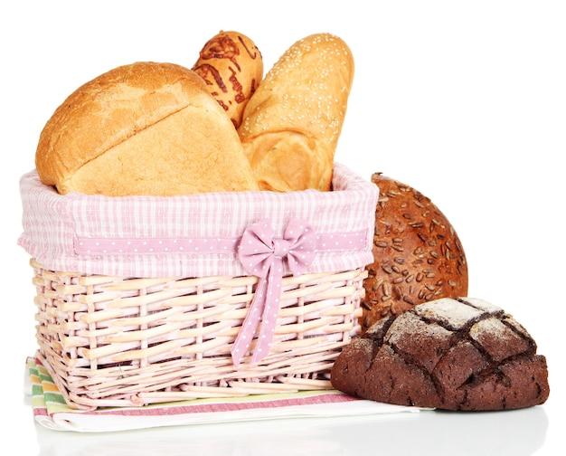 Gebakken brood in rieten mand op wit wordt geïsoleerd