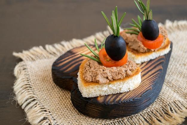 Gebakken brood met vleespastei in de vorm van een hart.