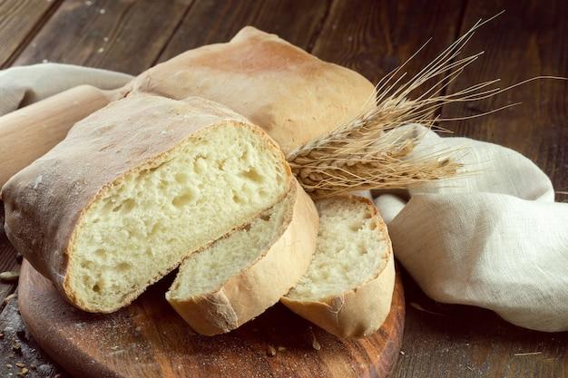 Gebakken brood op houten tafel achtergrond