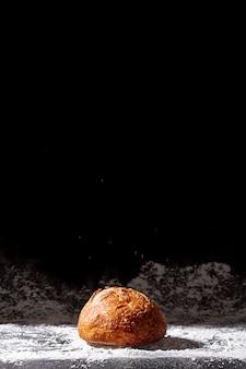 Gebakken broodje met zwarte exemplaar ruimteachtergrond
