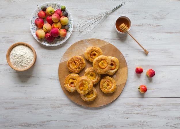 Gebakken broodjes met appel, honing en kaneel.