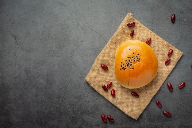 Gebakken broodjes rode bonenpasta op bruine stof
