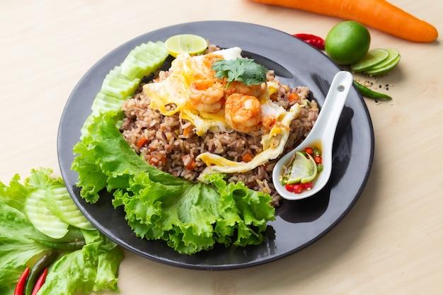 Gebakken bruine rijst met garnalen en gebakken ei in thai