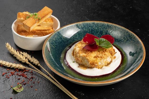 Gebakken camembert in amandelen met bessensaus en tarwecroutons