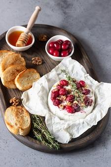 Gebakken camembert met cranberry, walnoten, honing en tijm