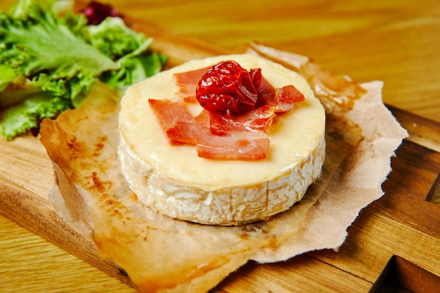Gebakken camembert met parma, hout backgraund