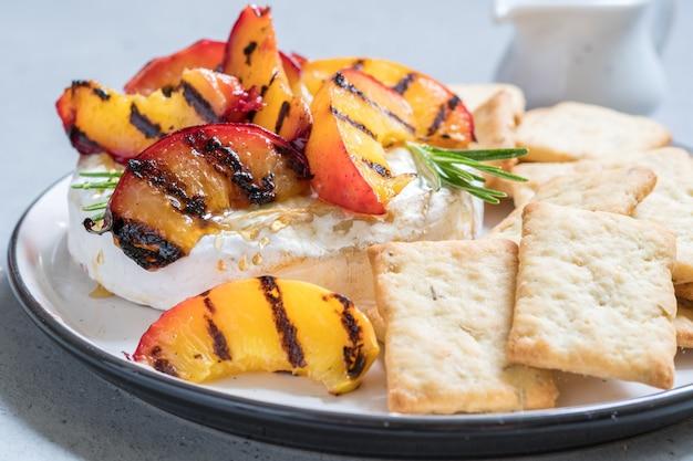 Gebakken camembertkaas met gegrilde perzik