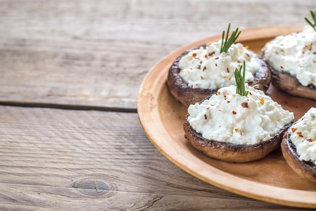 Gebakken champignons gevuld met roomkaas